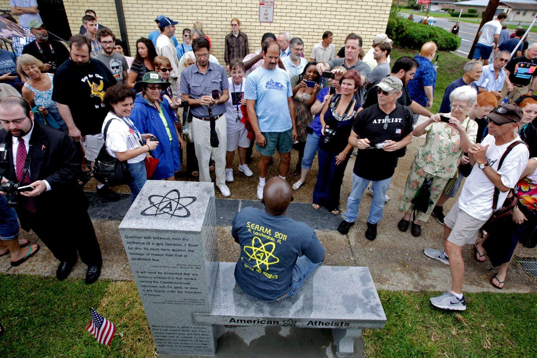 Američki ateisti prilikom otkrivanja ateističkog spomenika, Stark (Florida), 29. jun 2013. (Foto: AP Photo/Matt Stamey)