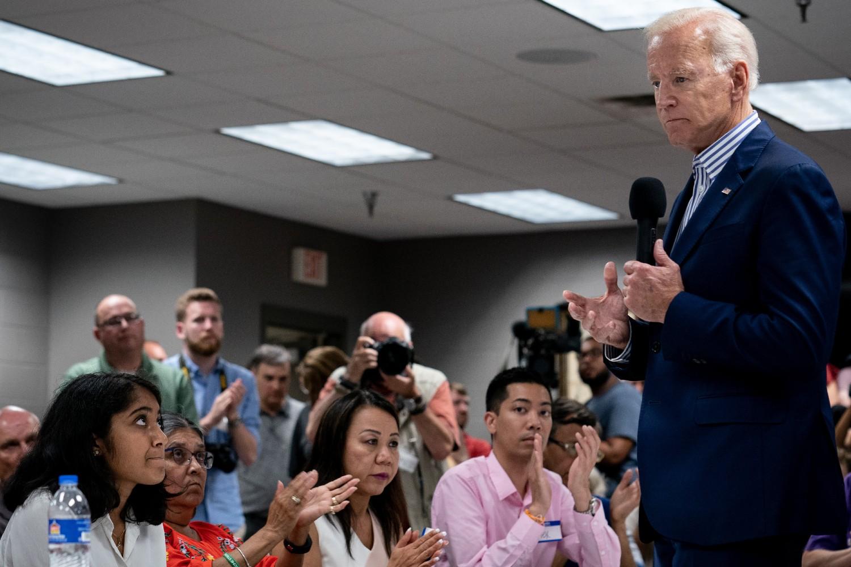 Predsednički kandidat Demokratske stranke Džozef Bajden drži govor ispred pripadnika azijskih Amerikanaca i Hispanoamerikanaca u Demojnu, Ajova (Foto: Erin Schaff/The New York Times)