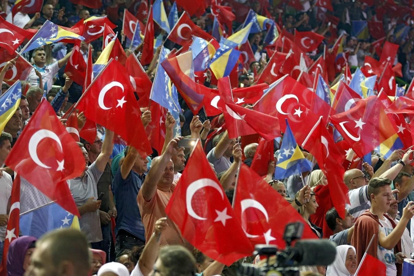 Pristalice Redžepa Tajipa Erdogana mašu zastavama Turske i BiH tokom njegovog mitinga u Sarajevu, maj 2018. (Foto: EPA-EFE/Fehim Demir)