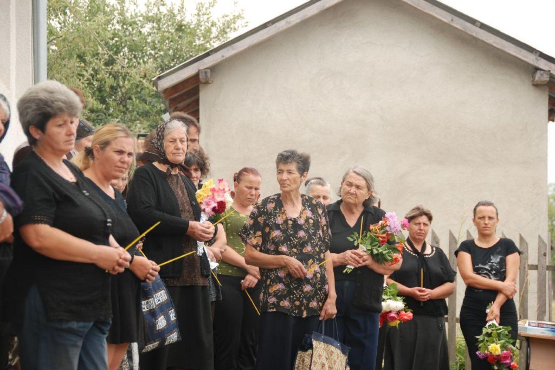 Članovi porodice ubijenih žetelaca tokom parastosa 2012. godine (Foto: Eparhija raško-prizrneska/spc.rs)
