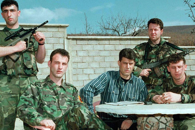 """Jedan od vođa OVK Hašim Tači zvani """"Zmija"""" sa drugim pripadnicima terorističke organizacije u Prištini, mart 1999. (Foto: EPA)"""