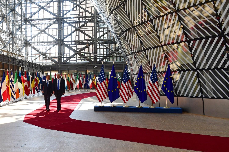 Председник САД Доналд Трамп у друштву председника Европског савета Доналда Туска током посете седишту ЕУ у Бриселу, 25. мај 2017. (Фото: Emmanuel Dunand/AFP/Getty Images)