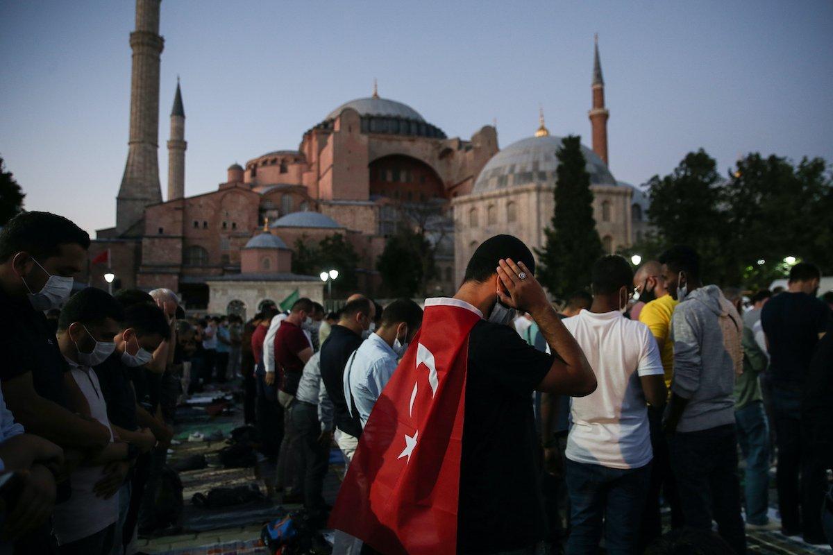 Muslimanski vernici vrše molitvu ispred Aja Sofije, Istanbul, 10. jul 2020. (Foto: Emrah Yorulmaz/Anadolu Agency)