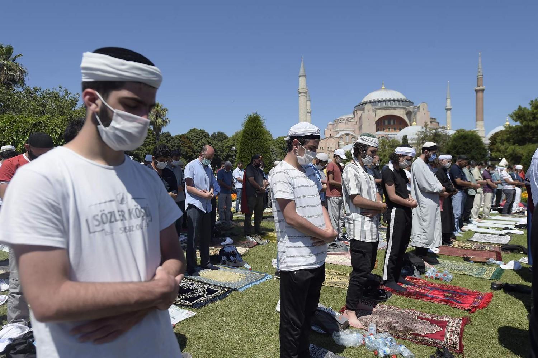 Muslimanski vernici tokom molitve ispred Aja Sofije, Istanbul, 24. jul 2020. (Foto: AP Photo/Yasin Akgul)