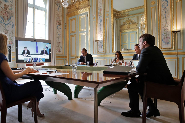 Francuski predsednik Emanuel Makron sa svojom delegacijom tokom video-konferencije sa Avdulahom Hotijem, Aleksandrom Vučićem i Angelom Merkel u Jeliseskoj palati, Pariz, 10. jul 2020. (Foto: Christophe Ena/AFP via Getty Images)