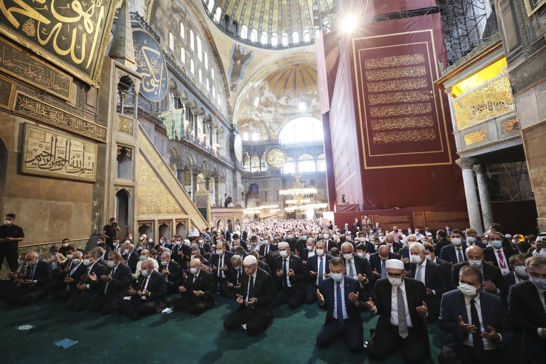 Turski predsednik Redžep Tajip Erdogan sa ostalim muslimanskim vernicima tokom prve molitve održane u Aja Sofiji kao džamiji, Istanbul, 24. jul 2020. (Foto: Turkish Presidency via AP, Pool)