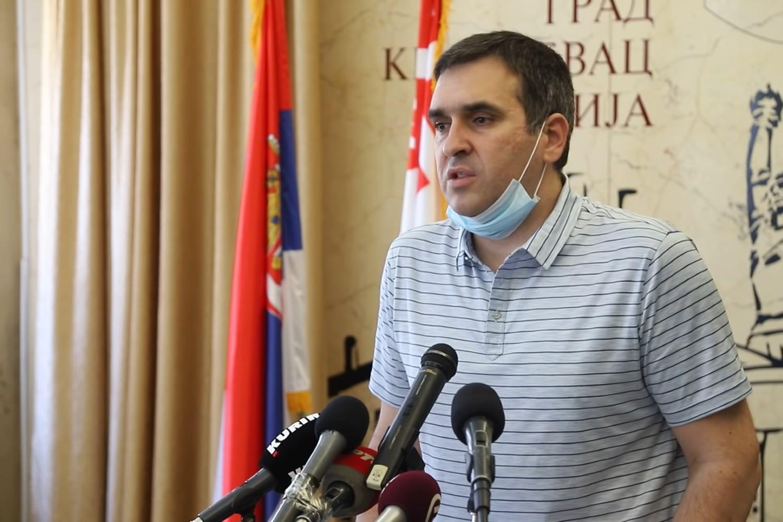 Gradonačelnik Kragujevca Radomir Nikolić tokom konferencije za medije na kojoj je proglašena vanredna situacija u Kragujevcu, 27. jun 2020. (Foto: Snimak ekrana/Jutjub)