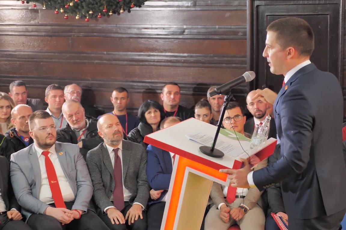 Lider Demokratske Crne Gore Aleksa Bečić tokom obraćanja članova svoje stranke (Foto: Snimak ekrana/Jutjub)