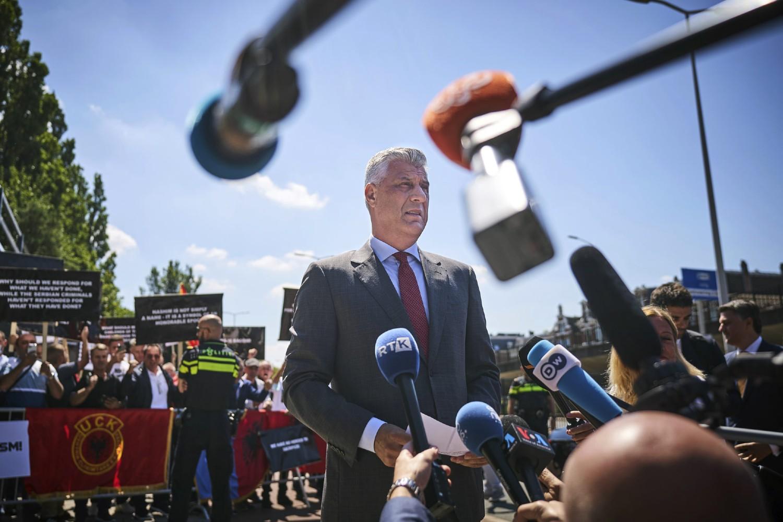 Predsednik privremenih institucija samouprave u Prištini, Hašim Tači, daje izjave za medije ispred Specijalnog tužilaštva u Hagu, 13. jul 2020. (Foto: AP Photo/Phil Nijhuis)