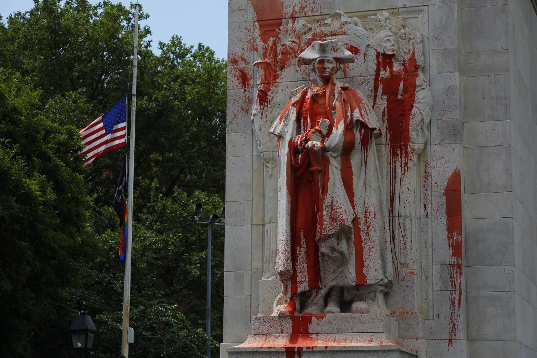 Oskrnavljena statua bivšeg američkog predsednika Džordža Vašingtonta u Vašington skver parku u Njujorku (Foto: EPA-EFE/J. Szenes)