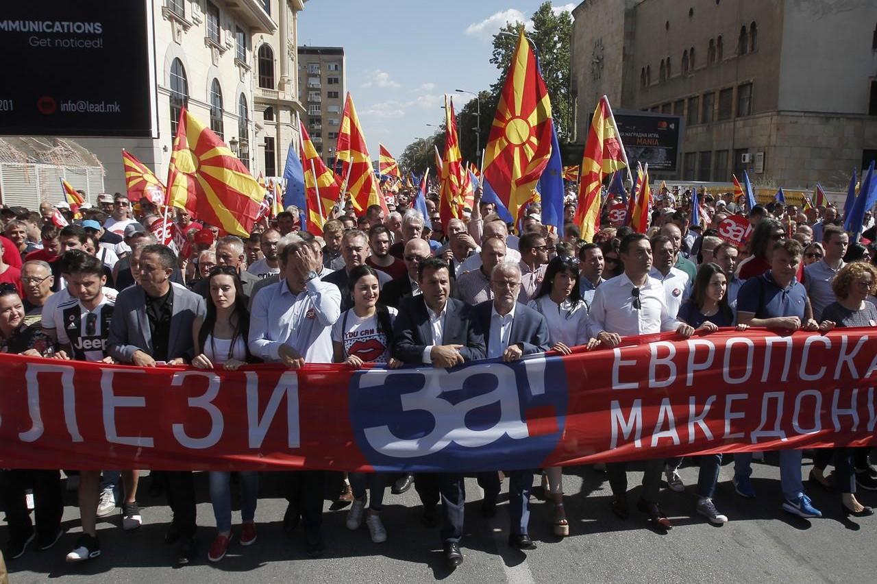 """Premijer Makedonije Zoran Zaev predvodi marš pristalica referenduma za promenu imena koji nose transparent na kome piše """"Izađi za evropsku Makedoniju"""", Skoplje, 16. septembar 2018. (Foto: AP Photo/Boris Grdanoski)"""