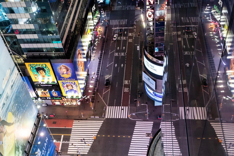 Večernji prikaz praznih ulica na Tajms skveru zbog pandemije koronavirusa, Njujork, 19. mart 2020. (Foto: REUTERS/Jeenah Moon)