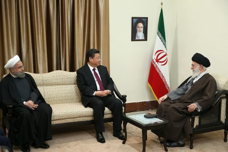 Kineski predsednik Si Đinping u razgovoru sa ajatolahom Alijem Hamneijem tokom posete Iranu, Teheran, 23. januar 2016. (Foto: Leader.ir)