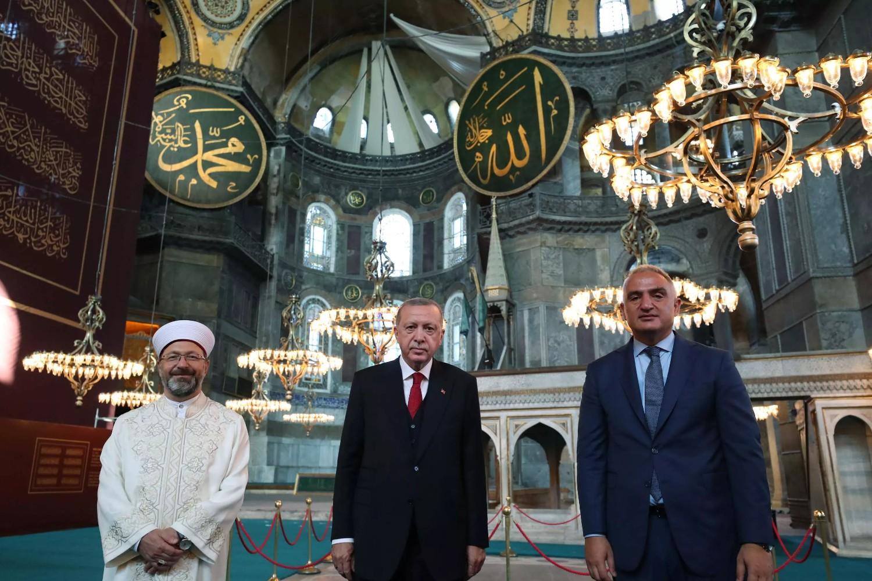 Turski predsednik Redžep Tajip Erdogan, ministar turizma Mehmet Nuri Ersoj i Ali Erbaš poziraju unutar Aja Sofije, Istanbul, 23. jul 2020. (Foto: Murat Cetinmuhurdar/PPO/Reuters)