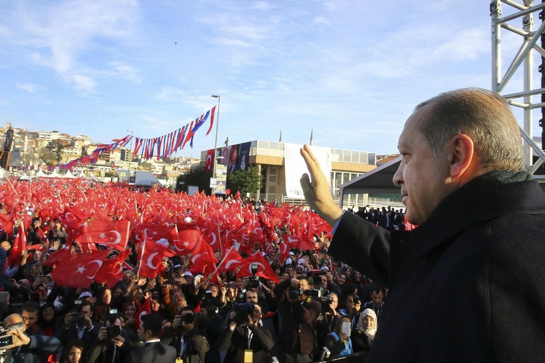 Turski predsednik Redžep Tajip Erdogan pozdravlja svoje pristalice tokom mitinga u Istanbulu, 15. decembar 2017. (Foto: Kayhan Ozer/Pool Photo via AP)