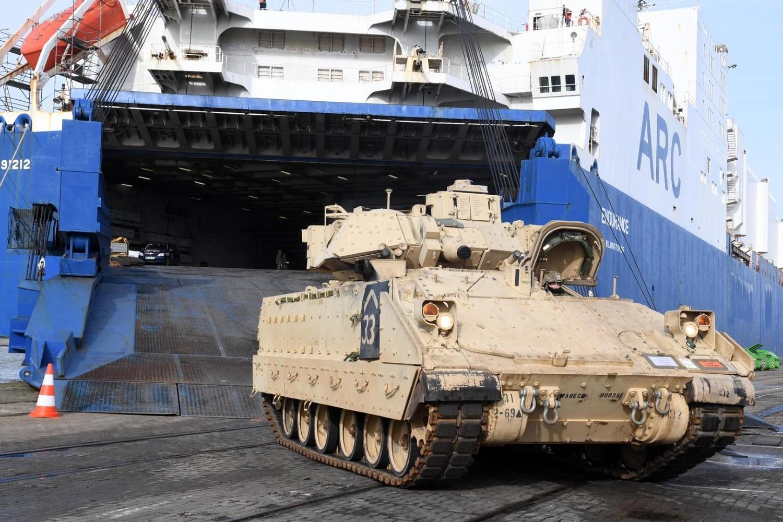 """Iskrcavanje američkih tenkova u luci Bremerhafen u blizini Bremena povodom NATO vojne vežbe """"Defender Europe 20"""", 20. februar 2020. (Foto: Scheer)"""