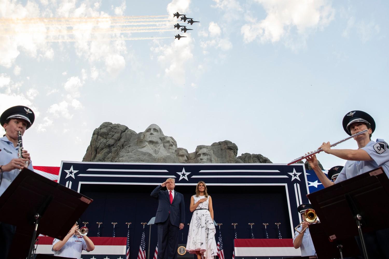 Predsednik SAD Donald Tramp i prva dama Melanija Tramp tokom inotiranja državne himne ispred Maunt Rašmora, 04. jul 2020. (Foto: AP/Alex Brandon)