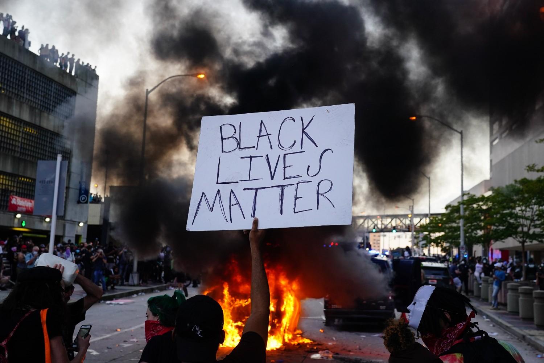"""Demonstrant sa transparentom na kome je ispisano """"Crni životi su važni"""" tokom protesta zbog ubistva Džordža Flojda, Atlanta, 29. maj 2020. (Foto: Elijah Nouvelage/AFP/Getty Images)"""