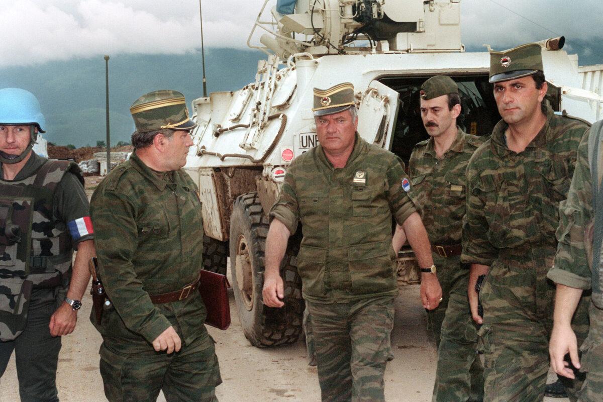 Komandant srpskih snaga u BiH general Ratko Mladić sa svojim saradnicima na aerodromu u Sarajevu, 10. avgust 1993. (Foto: Gabriel Bouys/AFP via Getty Images)