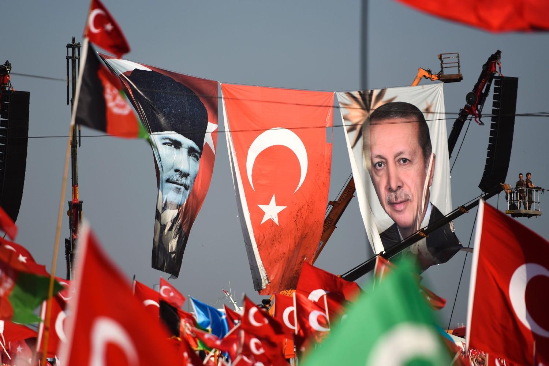 Erdoganove pristalice nose transparente na kojima se nalaze likovi turskog predsednika i Kemala Ataturka nakon nesupešnog državnog udara u Istanbulu 2016. (Foto: Bulent Kilic/AFP/Getty Images)