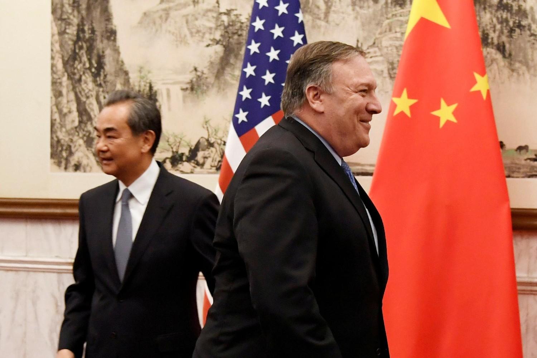 Амерички државни секретар Мајк Помпео пролази поред америчке и кинеске заставе уочи састанка са кинеским министром спољних послова и државним саветником Вангом Јием, Пекинг, 08. октобар 2018. (Фото: Daisuke Suzuki/Pool via Reuters)