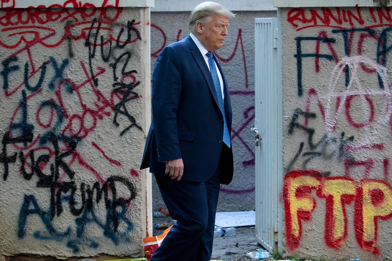 Američki predsednik Donald Tramp prolazi pored oskrnavljene crvke Svetog Jovana u blizini Bele kuće, Vašington, 01. jun 2020. (Foto: Brendan Smialowski/AFP via Getty Images)