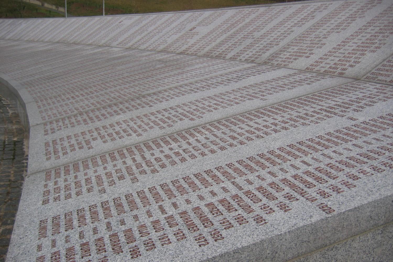 Spomen ploča sa imenima nastradilih u Memorijalnom centru u Potočarima (Foto: Wikimedia/Michael Büker)