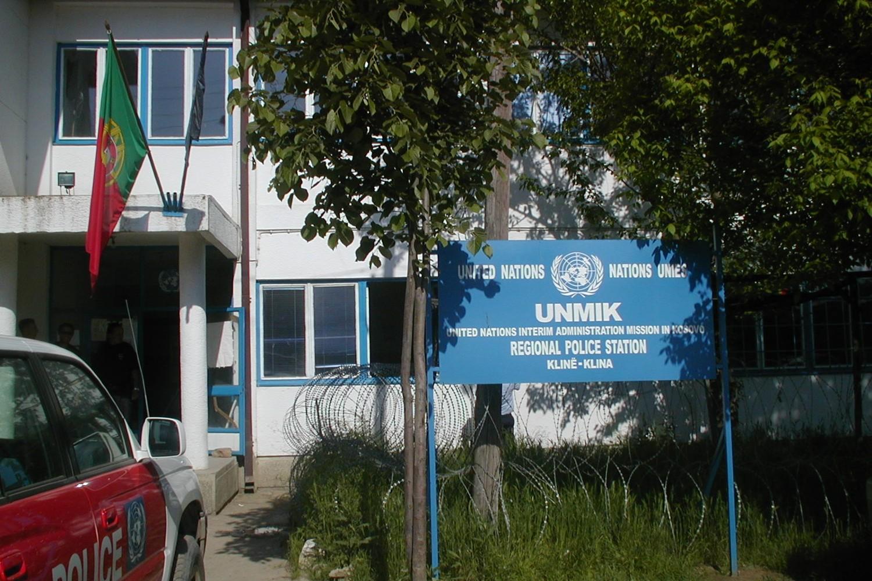 Sedište regionalne policijske stanice u Klini u okviru misije UNMIK 2000. godine (Foto: Wikimedia/Vilalva)