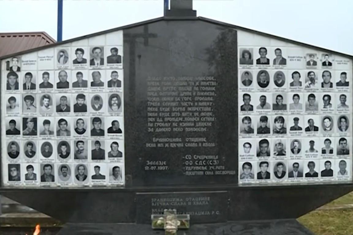 Spomen ploča srpskim žrtvama u Zalazju (Foto: Snimak ekrana/Jutjub)
