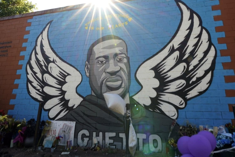 Mural u Hjustonu na kome je naslikan Džordž Flojd sa anđeoskim krilima (Foto: AP Photo/David J. Phillip)