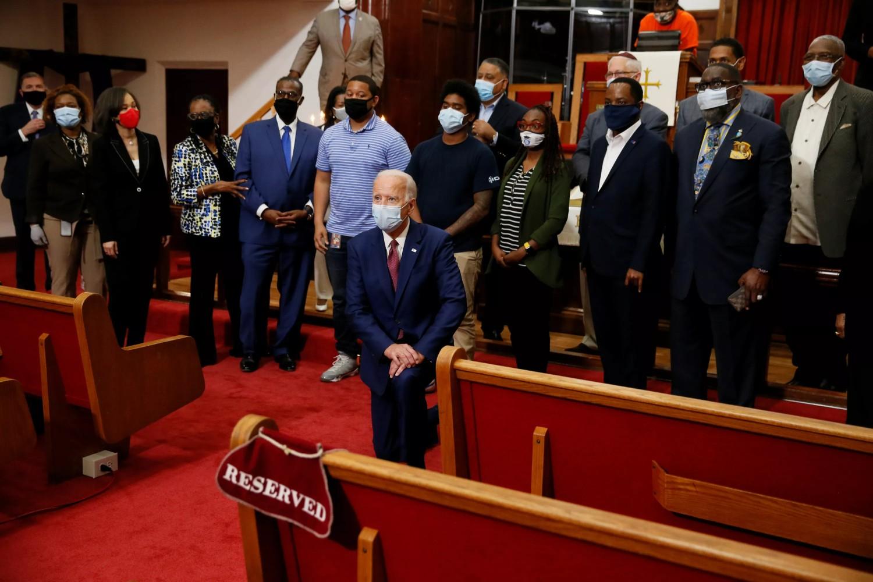 Predsednički kandidat Demokratske stranke Džozef Bajden kleči na kolenu ispred afroameričkih vernika u jednoj crkvi u Vilmingtonu, Delaver, 01. jun 2020. (Foto: Reuters/Jim Bourg)