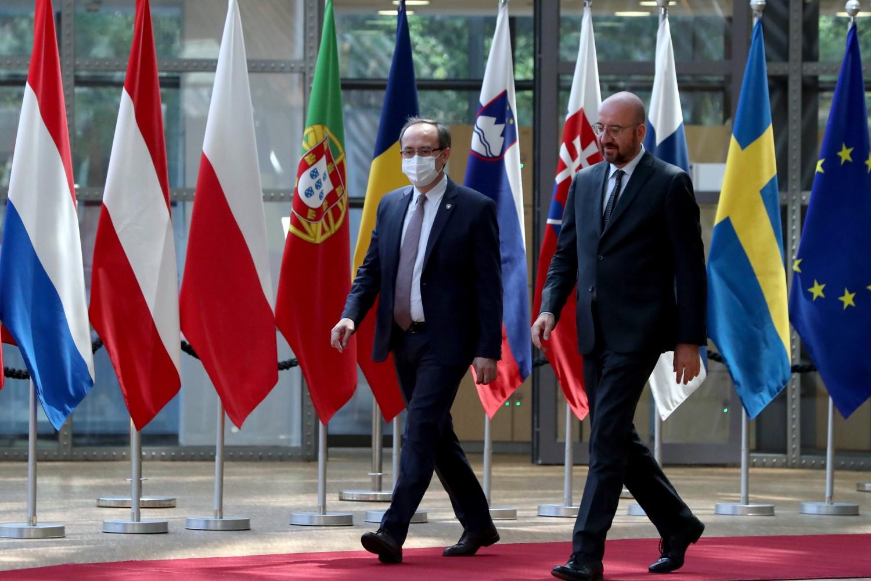 Premijer privremenih institucija samouprave u Prištini Avdulah Hoti na sastanku sa predsednikom Evropskog saveta Šarlom Mišelom, Brisel, 25. jun 2020. (Foto: Yves Herman/Pool Photo via AP)