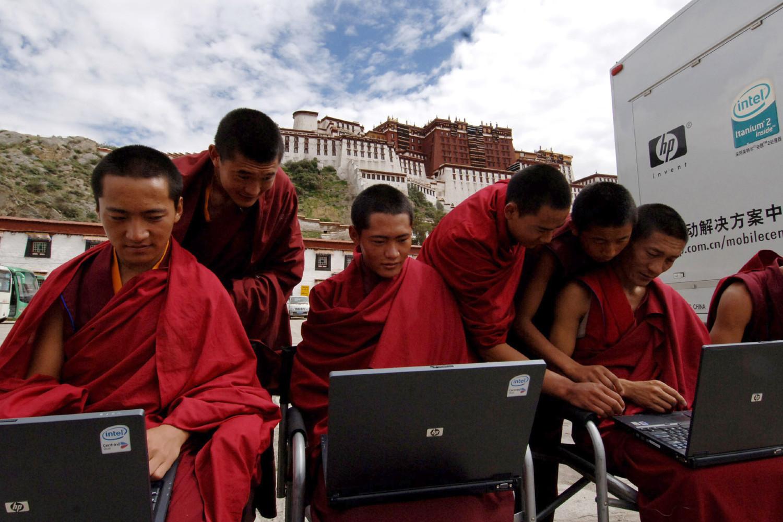 Tibetanski monasi isprobavaju laptopove u centru Lase na Tibetu (Foto: AP Photo/Xinhua/Gaesang Dawa)