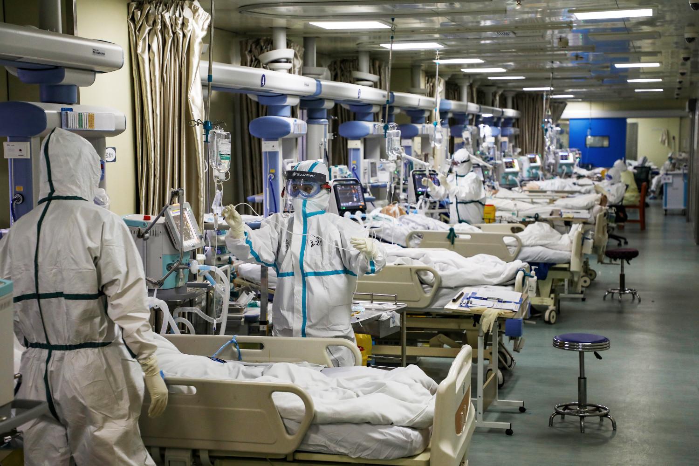 Medicinski radnici u zaštitnim odelima prilikom davanja terapije obolelima od koronavirusa na odeljenju intenzivne nege u Vuhanu (Foto: China Daily via Reuters)