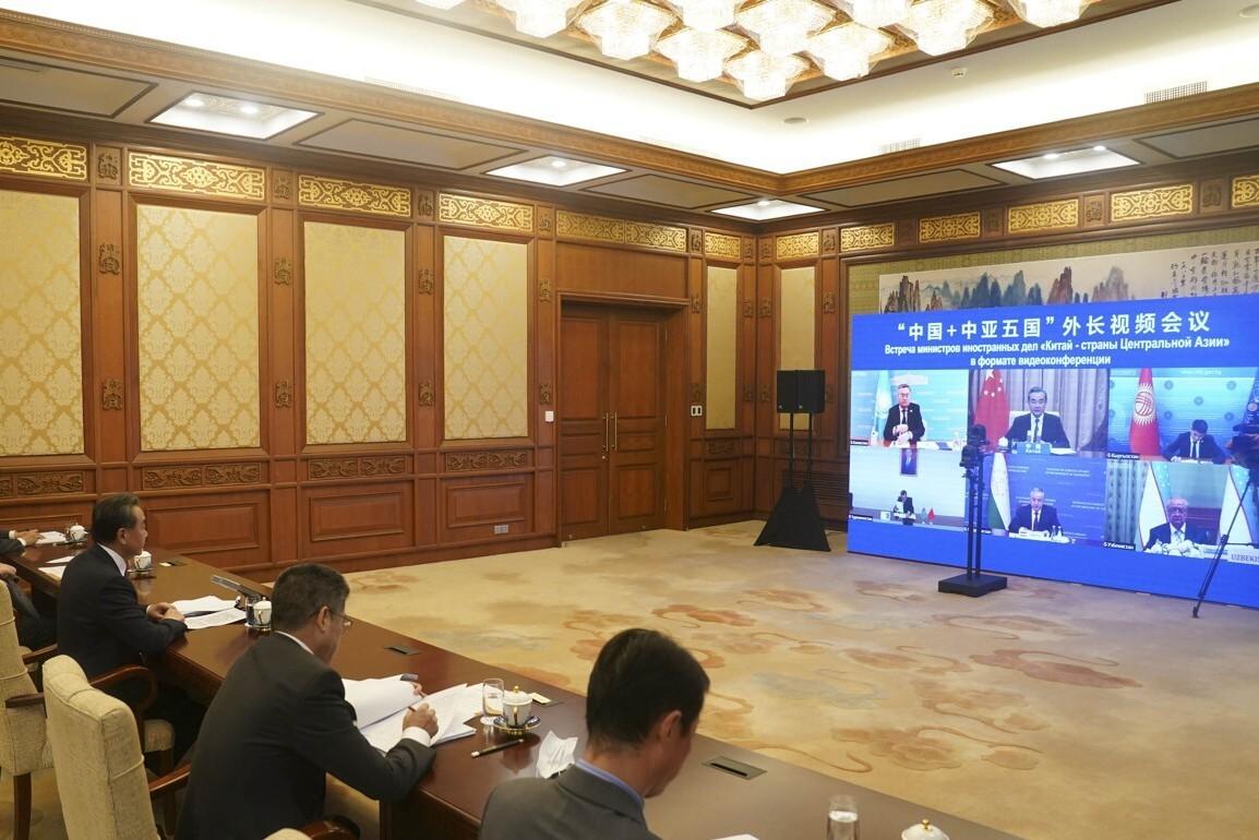 """Kineski državni savetnik i ministar spoljnih poslova Vang Ji predsedava prvom samitu ministara spoljnih poslova """"Kina+Centralna Azija"""" (C+C5) putem video linka, 16. jul 2020. (Foto: Xinhua/Liu Weibing)"""