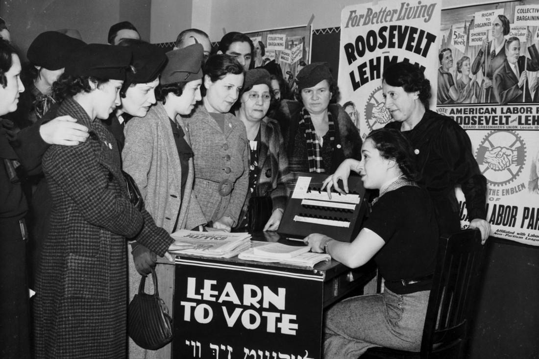 Američke građanke prilikom jednog skupa na kome se informišu kako mogu da glasaju, 1935. godine (Foto: Flickr/Kheel Center)