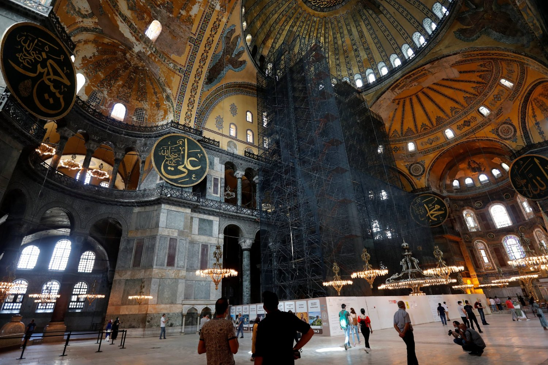 Turisti tokom razgledanja unutrašnjosti Aja Sofije, Istanbul, 10. jul 2020. (Foto: REUTERS/Murad Sezer)