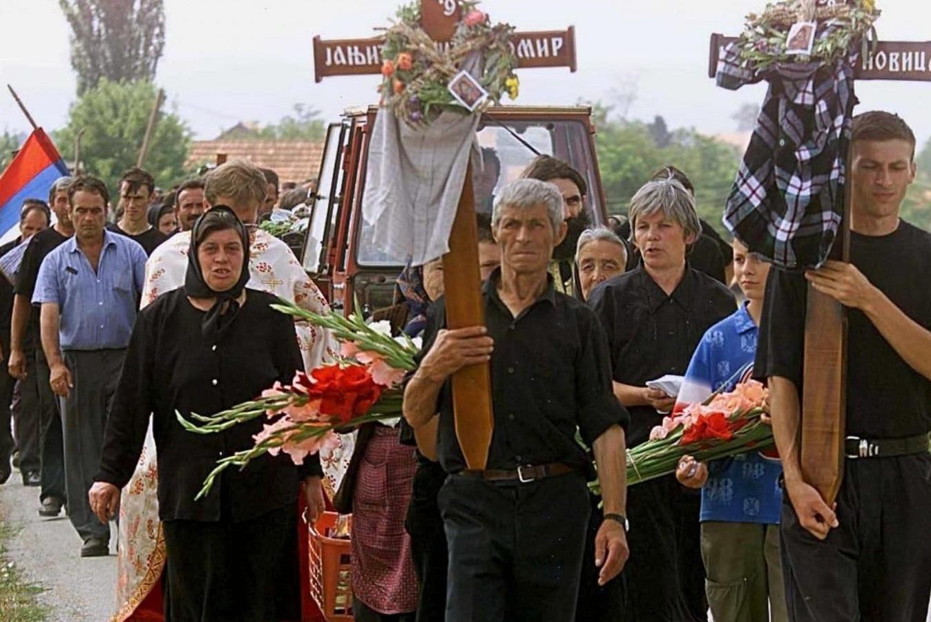 Pogrebna povorka za masakriranih 14 srpskih žetelaca u Starom Grackom, 28. jul 1999. (Foto: EPA/Louisa Goulimaki)