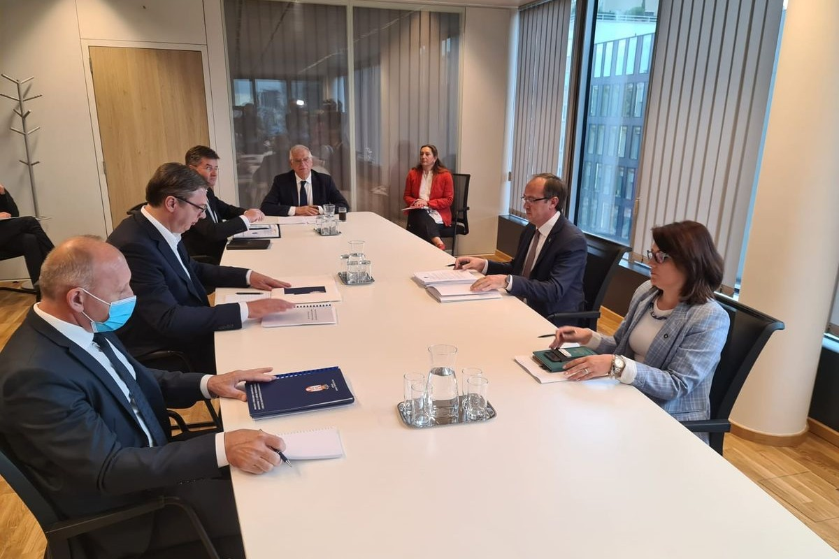 Predsednik Srbije Aleksandar Vučić sa članova svoje delegacije tokom sastanka sa Avdulahom Hotijem i članovima prištinske delegacije, Brisel, 16. jul 2020. (Foto: Predsedništvo Srbije)
