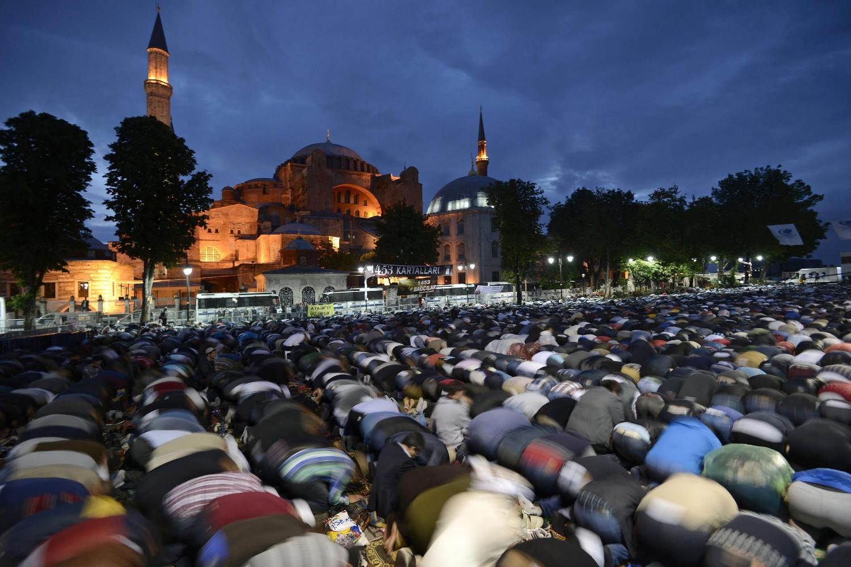 Muslimanski vernici klanjaju ispred Aja Sofije (Foto: Erdem Sahin/EPA)