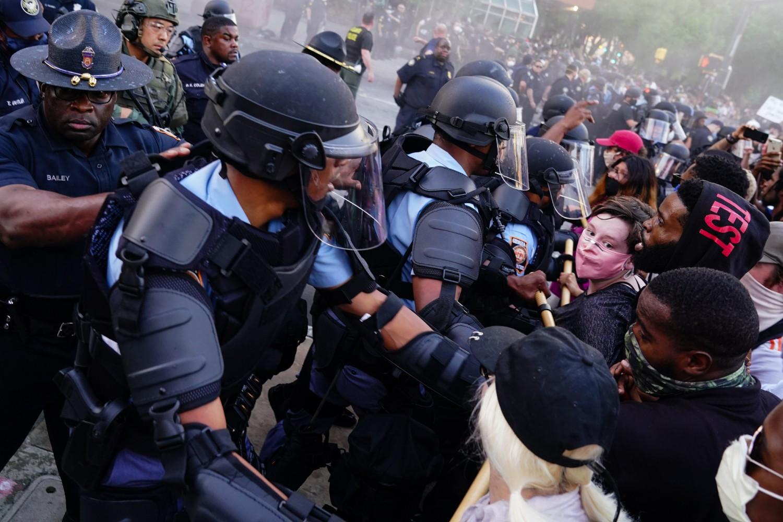 Demonstranti u sukobu sa policijom tokom protesta zbog ubistva Džordža Flojda, Atlanta, 29. maj 2020. (Foto: Elijah Nouvelage/Getty Images)