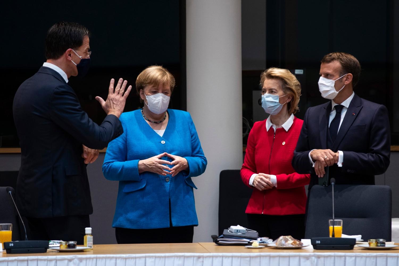 Holandski premijer Mark Rute, nemačka kancelarka Angela Merkel, predsednica Evropske komisije Ursula fon der Lajen i francuski predsednik Emanuel Makron tokom sastanka na marginama EU samita, Brisel, 18. jul 2020. (Foto: Francisco Seco/Pool/EPA)
