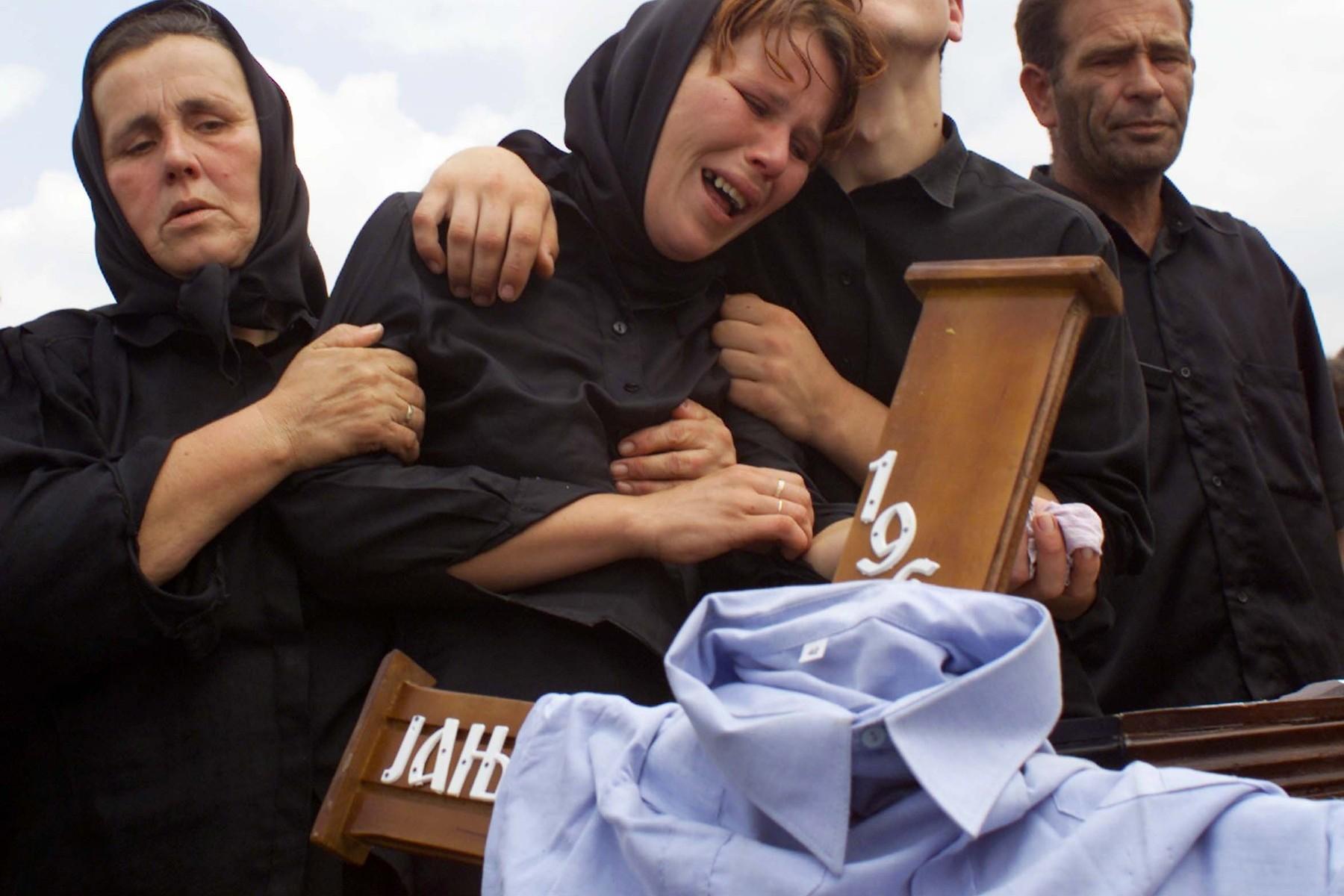 Porodica jedne od žrtava masakra u Starom Gracku tokom sahrane (Foto: Profimedia/Corbis)