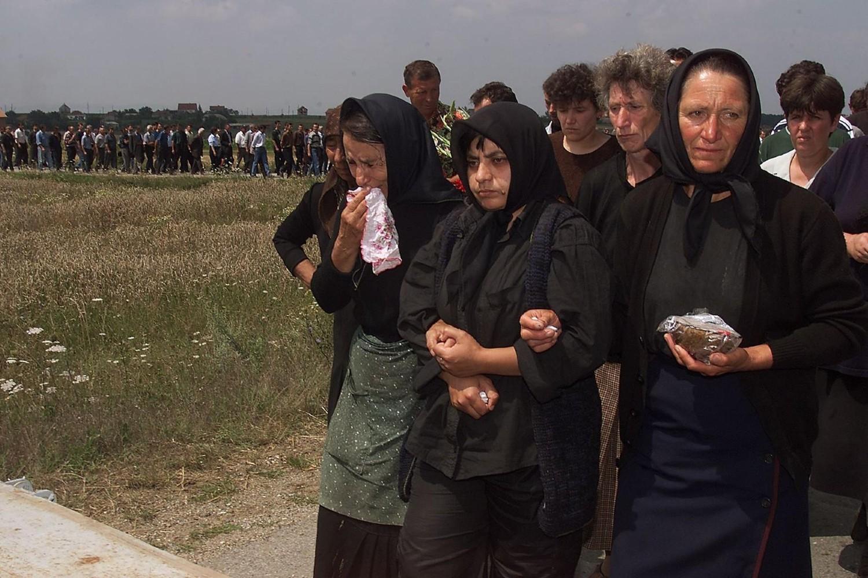 Kolona ožalošćenih tokom sahrane ubijenih srpskih žetelaca u Starom Gracku, 28. jul 1999. (Foto: Profimedia/AFP/Mike Nelson)