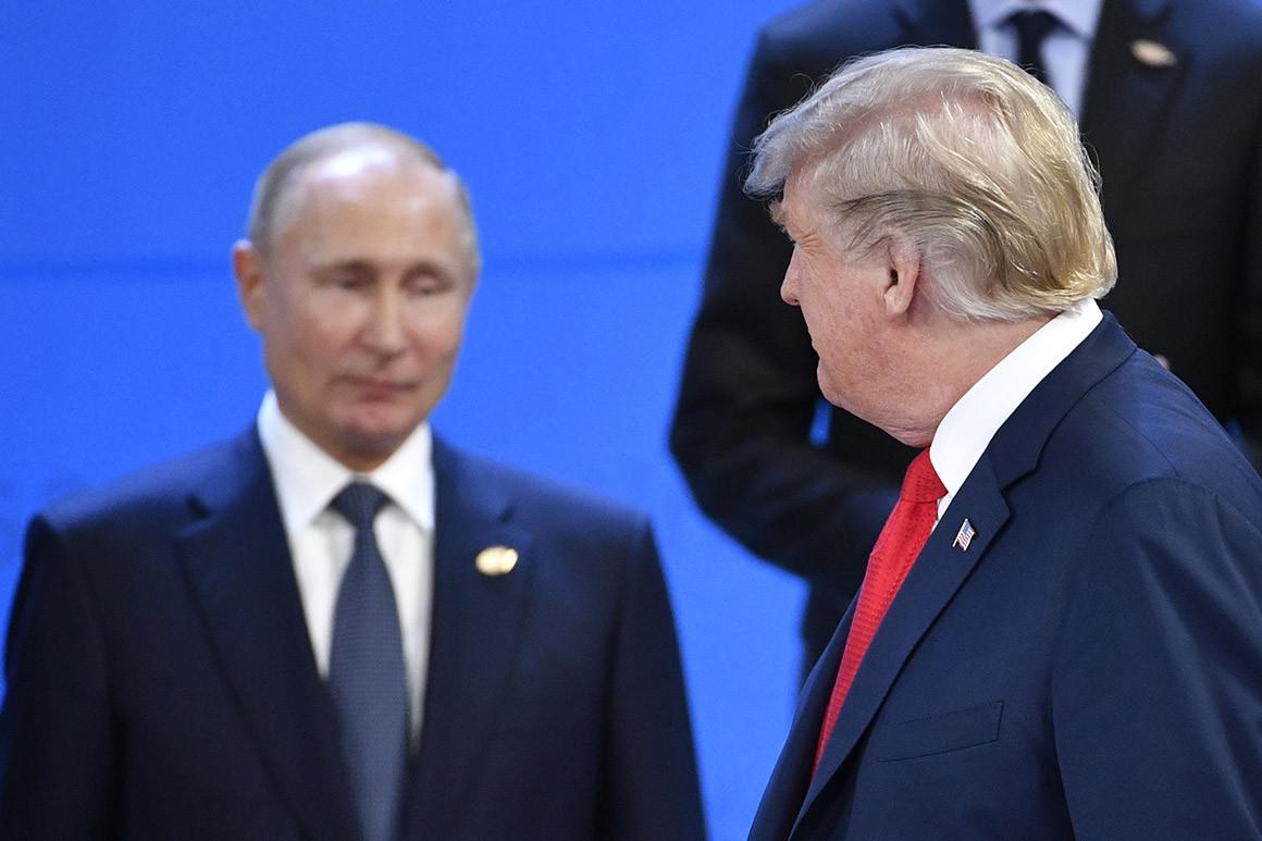Američki predsednik Donald Tramp u prolazu gleda ka ruskom predsedniku Vladimiru Putinu (Foto: Alexander Nemenov/AFP/Getty Images)