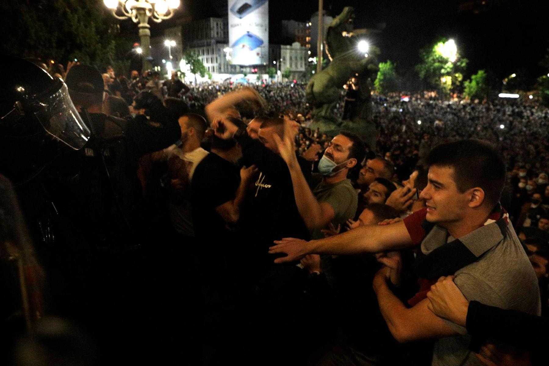 Demonstranti u sukobu sa policijom ispred ulaza u Narodnu skupštinu, Beograd, 07. jul 2020. (Foto: Tanjug/Andrija Vukelić)
