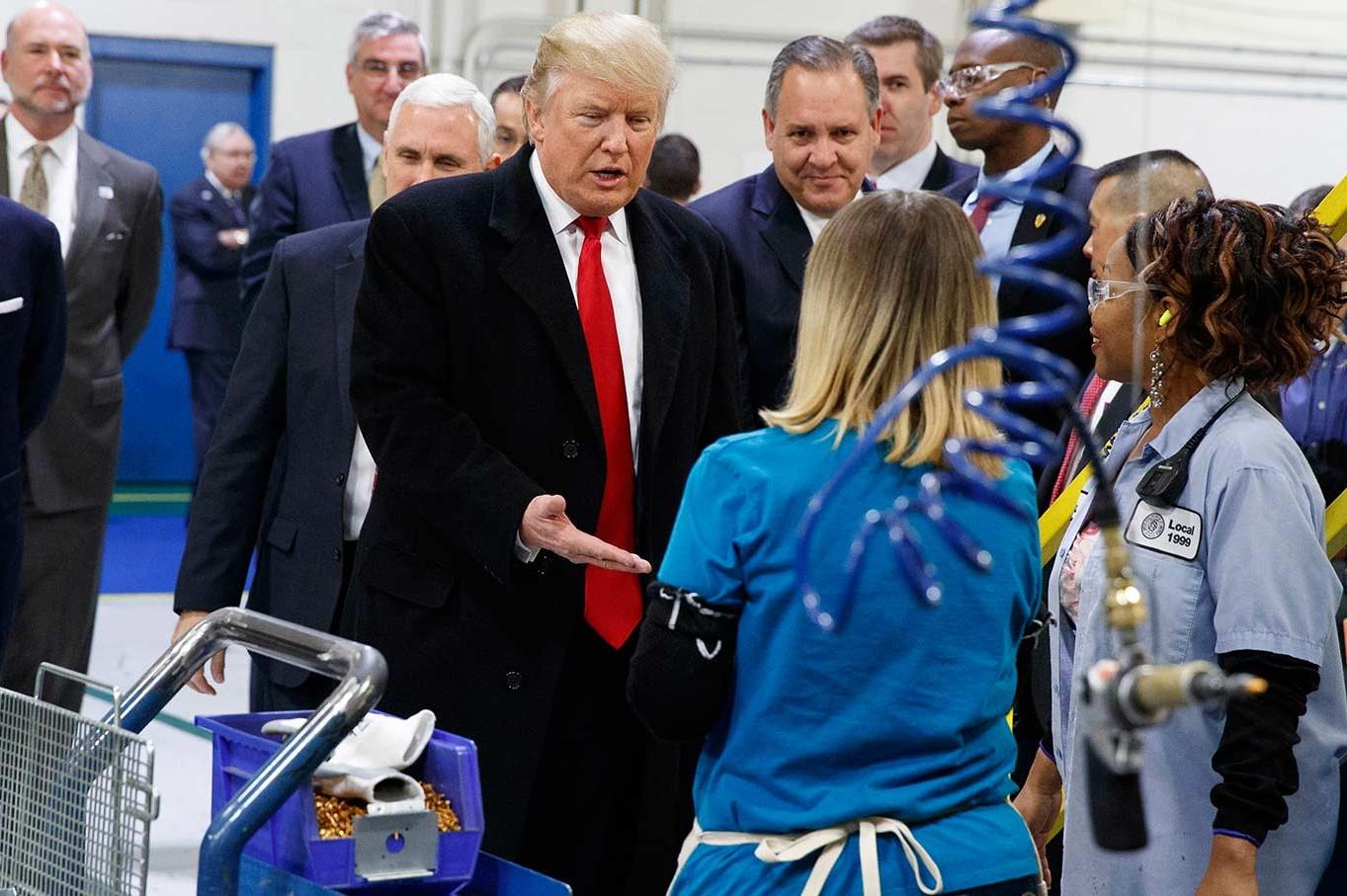 Američki predsednik Donald Tramp pozdravlja radnike tokom posete jednoj fabrici u Indijanapolisu, 01. decembar 2016. (Foto: AP Photo/Evan Vucci)
