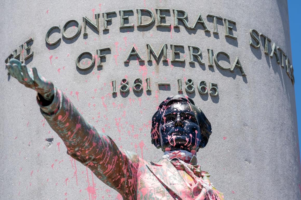 Oskrnavljena statua Džefersona Dejvisa u Ričmondu neposredno pre obaranja (Foto: AP Photo/J. Scott Applewhite)