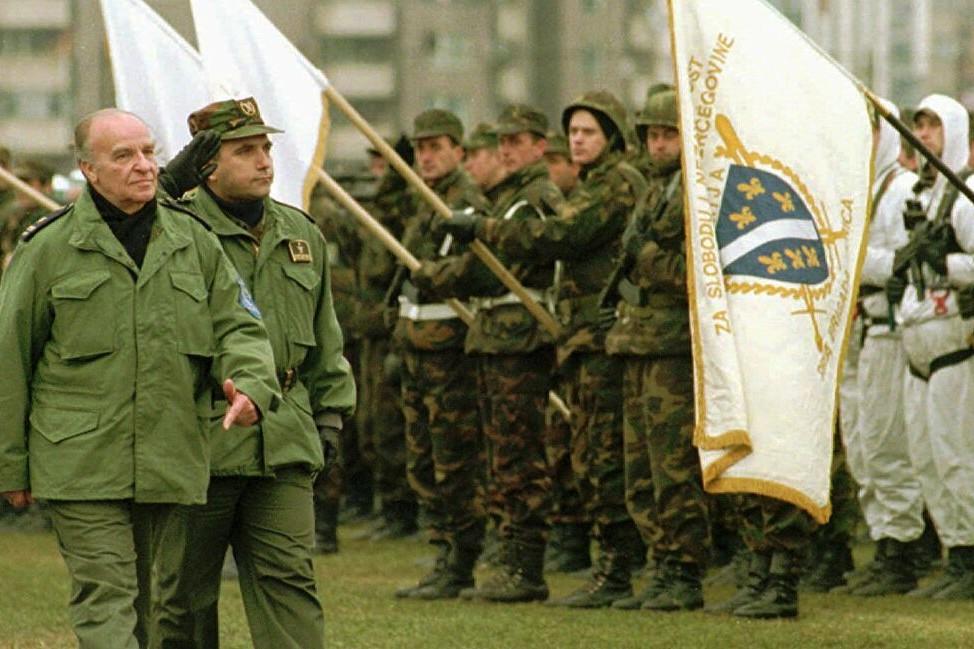 Bošnjački lider Alija Izetbegović vrši smotru trupa Armije BiH (Foto: AP Photo/Enric F.Marti)