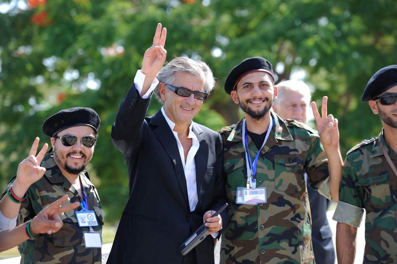 Bernar-Anri Levi pozira sa libijskim pobunjenicima protiv Gadafija, septembar 2011. (Foto: Eric Feferberg/AFP/Getty Images)